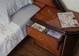 Noční stolky k posteli